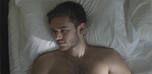 """Zedd a Alessia Cara dostávají druhou šanci na lásku, která se mění v tragédii v klipu """"Stay"""""""