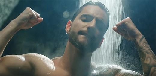"""Sexy zpěváka Malumu svede kráska u baru v klipu """"Felices los 4"""""""
