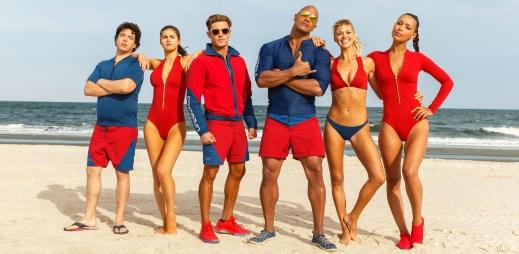 """Třetí trailer k filmu """"Pobřežní hlídka"""": David Hasselhoff je už v důchodu, lidé ale stále potřebují tahat z vody"""