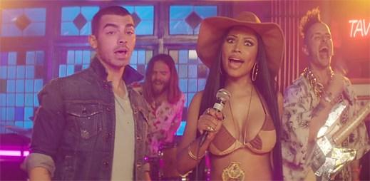 "Joe Jonas chce ochutnat Nicki Minaj v novém klipu ""Kissing Strangers"""