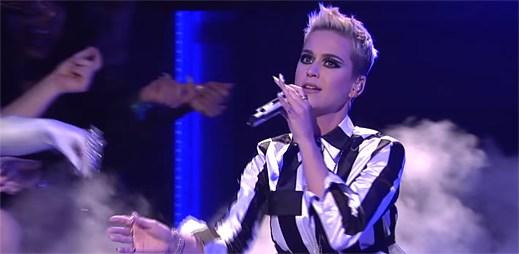 """Katy Perry v obležení drag queens atakuje Taylor Swift v živém vystoupení """"Swish Swish"""""""