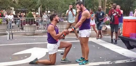 Gay video: Emoce a slzy v očích! Další dojemná žádost o ruku před stovkami kolemjdoucích
