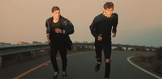 """Martin Garrix a Troye Sivan utíkají od falešných lidí v klipu """"There For You"""""""