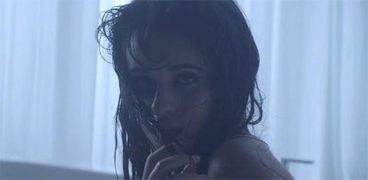 """Camila Cabello z odchodu ze skupiny Fifth Harmony rozhodně nepláče v klipu """"Crying In The Club"""""""