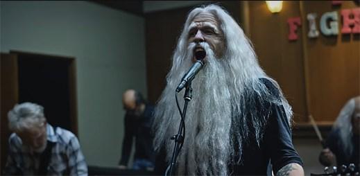 "Foo Fighters utíkají z domova důchodců, aby si užívali život na plné obrátky v klipu ""Run"""