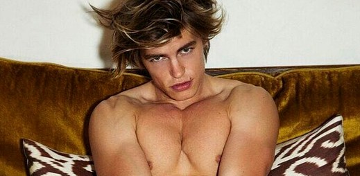 Instagram: 11 sexy fotek britského modela Zandera Hodgsona, který se prohlašuje za profesionálního pozéra