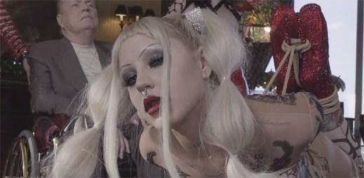 """Z Brooke Candy se stává malý ďábel v působivém klipu """"Volcano"""""""