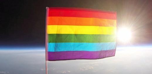Video: První vlajka hrdosti letěla do vesmíru