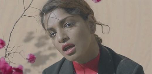 """M.I.A. v novém klipu """"Finally"""" prozrazuje, že život je jenom hořká sladká symfonie"""