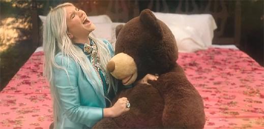 """Kesha vzpomíná na své bezstarostné dětství v klipu """"Learn To Let Go"""""""