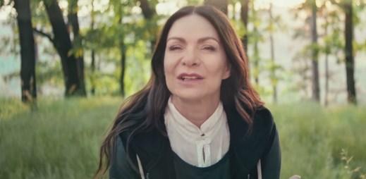"""Anna K. se v novém videoklipu ptá """"Co mi za to dáš?"""""""