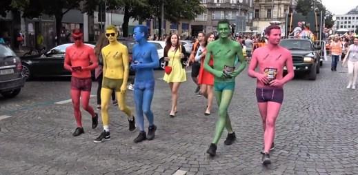 5 nejlepších videí z průvodu Prague Pride 2017, který byl poklidný, veselý a nikomu neublížil