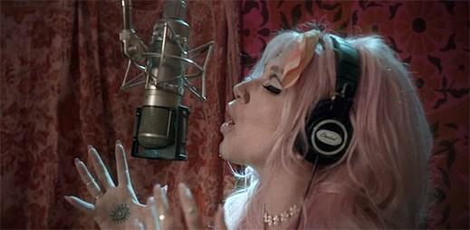 """Kesha popisuje svou další osobní těžkost s nahrávacím studiem v klipu """"Rainbow"""""""