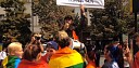 """Osamělý demonstrant blábolil na Prague Pride: """"Jako homosexuálové umřete dřív!"""""""