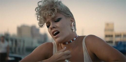 """Pink vydala silně emotivní klip """"What About Us"""" s působivou choreografií dvou mužů"""