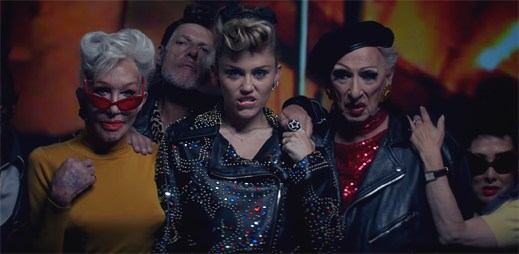 """Miley Cyrus se nyní cítí mnohem mladší, než kdy před tím v klipu """"Younger Now"""""""