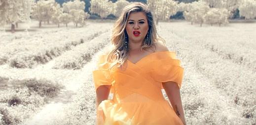 """Kelly Clarkson bojuje proti online šikanování v novém klipu """"Love So Soft"""""""