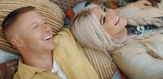 """Macklemore a Kesha vyráží za dobrodružstvím do lesního kempu v klipu """"GOOD OLD DAYS"""""""