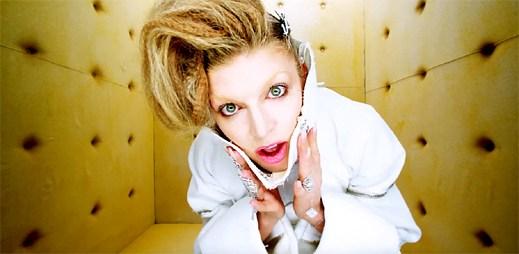 """Fergie zpovědí odhaluje svou závislost v klipu """"A Little Work"""""""