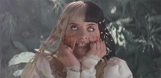"""Obří plyšáci chrání Melanie Martinez před zlými lidmi v klipu """"Mad Hatter"""""""
