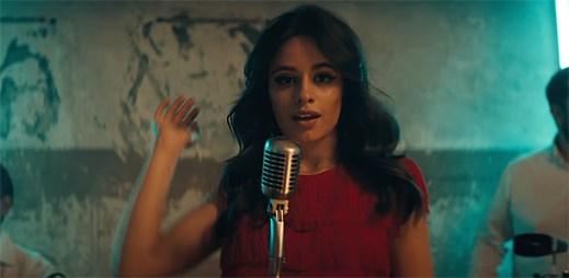 """Camila Cabello v klipu """"Havana"""" dává dva krasavce dohromady"""