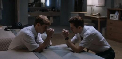 """Gay epizoda v seriálu """"Room 104"""": Dva mladí sexy misionáři spolu na hotelovém pokoji. Zvítězí jejich víra, nebo vzájemné city?"""