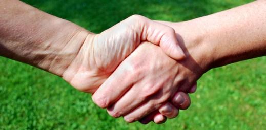 Premiérka Mayová vyzývá Austrálii k okamžité legalizaci manželství