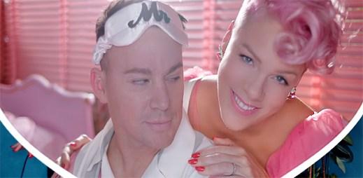 """Pink jako věrná hospodyňka pečuje o svého muže v klipu """"Beautiful Trauma"""""""