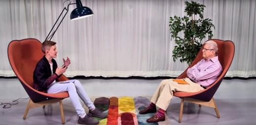 """Dojemné video: """"Postav se za to, že jsi gay,"""" říká 78letý gay mladšímu klukovi"""