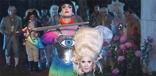 "Katy Perry se vzpírá systému jako Johanka z Arku v klipu ""Hey Hey Hey"""