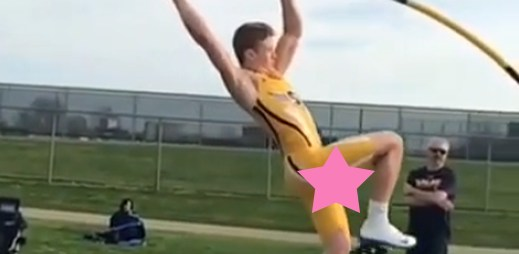 Video: Sportovec si zmařil dobře našlápnutý skok, když svým velkým penisem zavadil o laťku