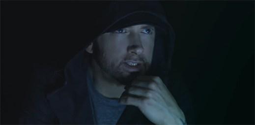 """Tisíce klonů Eminema píší texty písní v klipu """"Walk On Water"""""""