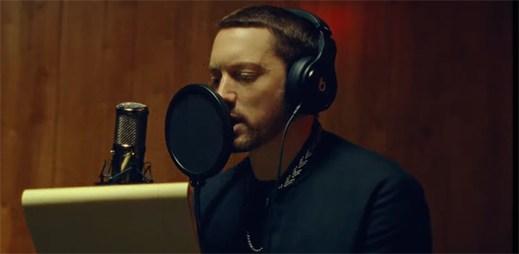 """Eminem opouští svou holku, když zjišťuje, že je těhotná v klipu """"River"""""""