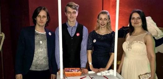 Zástupci kampaně Jsme fér sbírali podpisy na pražském Queer Ballu. Už jste podepsali petici za Manželství pro všechny?