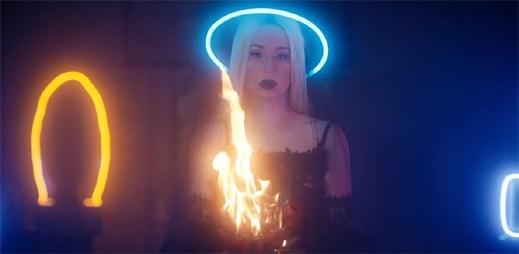 """Iggy Azalea přiznává své dávné chyby v klipu """"Savior"""""""