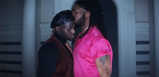 """Gay zpěvák MNEK se zamiluje na velkolepé hostině do kluka svých snů v klipu """"Tongue"""""""