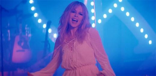 """Kylie Minogue zjišťuje, zda z přátelství může vzniknout láska v klipu """"Stop Me from Falling"""""""