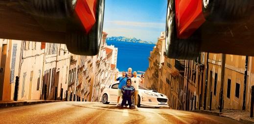 """Nový trailer k filmu """"Taxi 5"""": Pokračování akční francouzské série s legendárním bílým taxi v hlavní roli"""