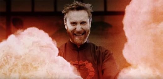 """Vládce padouchů David Guetta svými plameny ničí všechno dobré v klipu """"Flames"""""""