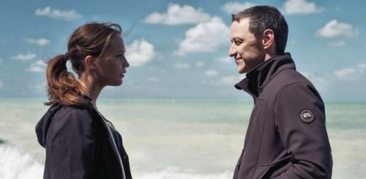 """Nový trailer k filmu """"Až na dno"""": On se ocitá v zajetí džihádistů, ona v zajetí moře"""