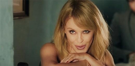 """Kylie Minogue stačí pár laškovných gest, aby přelétla k novému chlapovi v klipu """"Stop Me From Falling"""""""