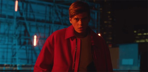 """15letý zpěvák Ruel je připravený pro lásku v klipu """"Don't Tell Me"""""""
