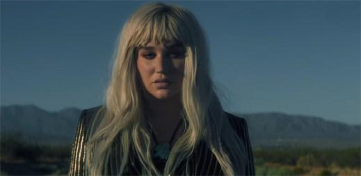 """UFO ukradlo auto Keshi před jejím zrakem v novém klipu """"Hymn"""""""