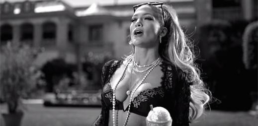 """Jennifer Lopez obdivuje peníze a luxusní věci v klipu """"Dinero"""""""