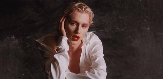 """Gay zpěvák Troye Sivan vykvétá do androgynního vzhledu v klipu """"Bloom"""""""