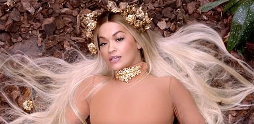 """Rita Ora si s Cardi B dává polibek v novém klipu """"Girls"""""""