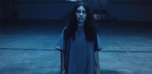 """Alessia Cara se stává součástí dospělého systému v klipu """"Growing Pains"""""""