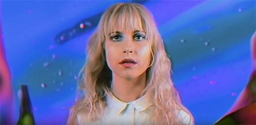 """Paramore nechtějí zestárnout v podivně bláznivém klipu """"Caught In The Middle"""""""