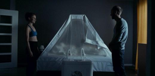 """Trailer k filmu """"Domestik"""": Každá další noc v kyslíkovém stanu proměňuje jejich vztah"""