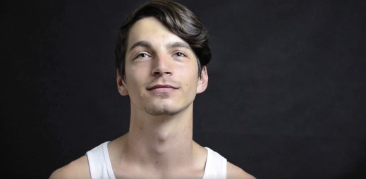 """Video: """"Láska je něco krásného, ale zároveň bolestivého,"""" říká finalista Gaymana Matěj Nebúrka"""